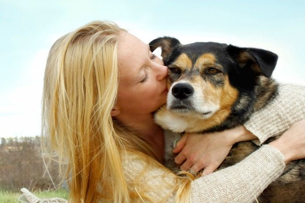 10-dieu-ban-hay-lam-khien-cun-cung-kho-o-dog-hugs-1469010120-width600height400